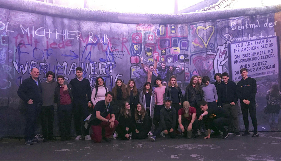 TASIS Students in front of the Berlin Wall